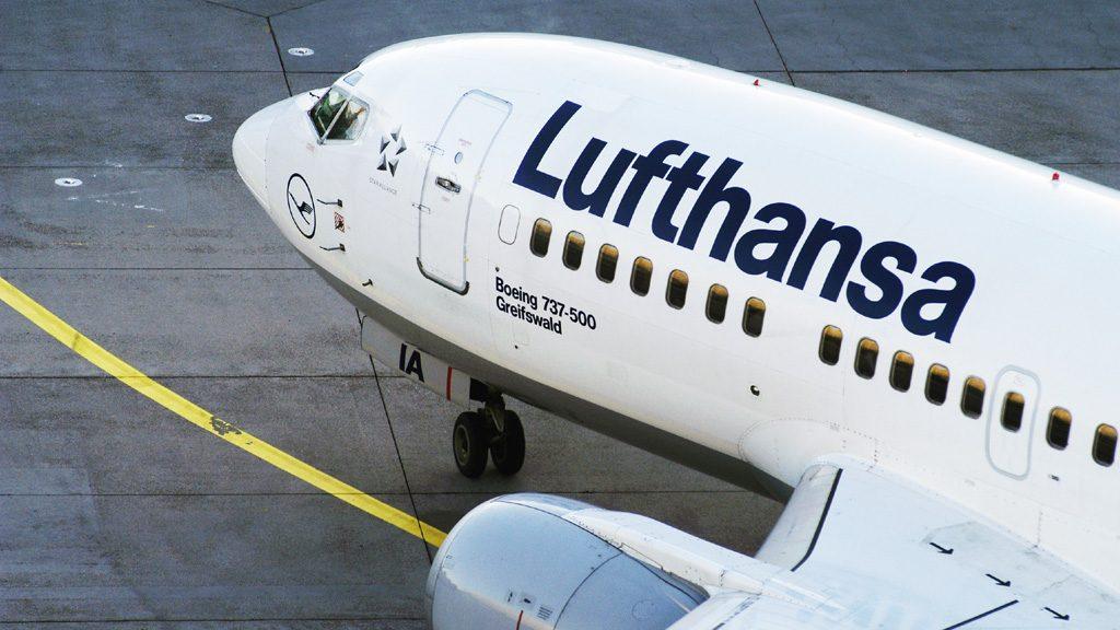 "Lufthansa Boeing B 737-500 mit der Kennung D-ABIA traegt den Namen ""Greifswald"" Foto: Ingrid Friedl Lufthansa: 11.2005 051121_IA_01"