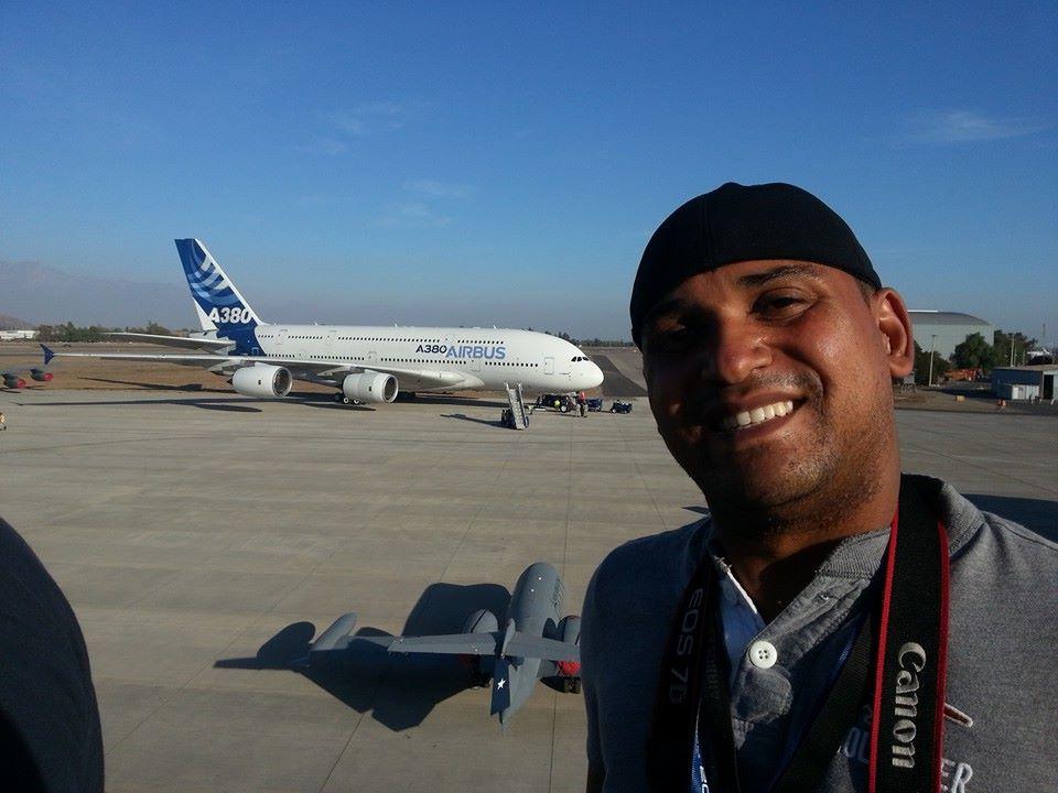 """Editor Luís Neves não resiste a uma """"selfie"""" com o A380 ao fundo."""