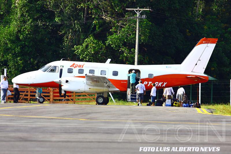 Outro grupo embarca no Bandeirante, certos da missão cumprida na Amazônia