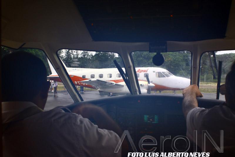 No pequeno pátio, dois Embraer 110 Bandeirante. Durante a alta temporada o tráfego aéreo é altamente incrementado.