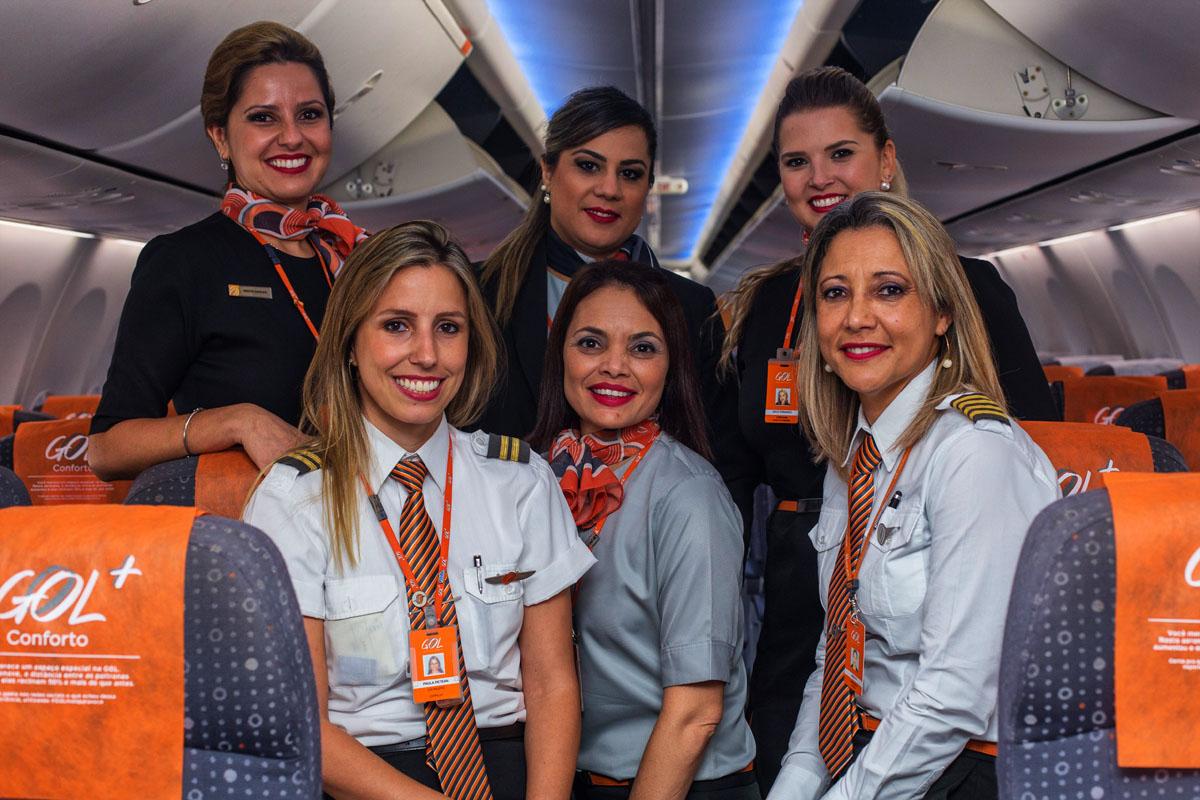 Na parte de cima: as comissárias de bordo Simone Barbieri, Patrícia Prieto e Grace Fernandes. Abaixo: Paula Ribeiro Petean (copiloto), Cátia Moreira (chefe de cabine), Angelita Araújo (comandante).