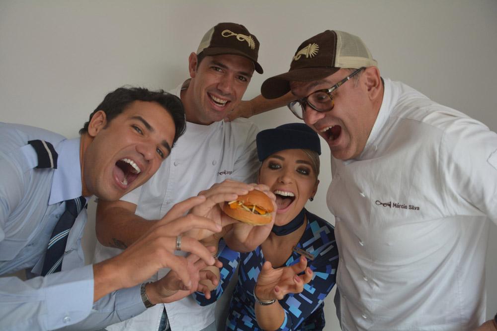 Os chefs do Buzina Food Truck, Jorge Gonzalez (E) e Márcio Silva na coletiva de lançamento da parceria com Azul e LSG (alta)