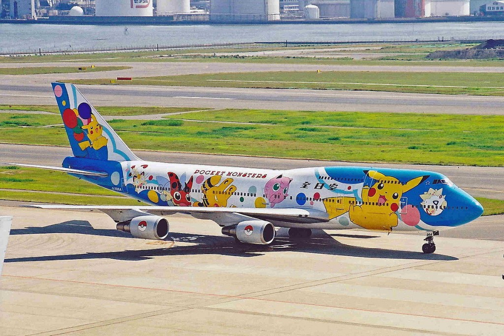 1200px-JA8964_B747-481D_ANA_All_Nippon(Pokemon)_HND_10JUL01_(7046345265)