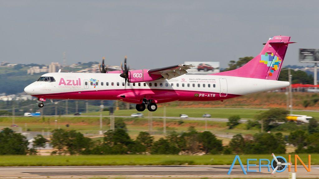Avião ATR 72 Azul Rosa Câncer de Mama