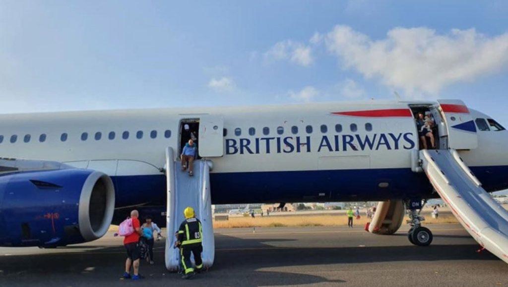 Passageiros escorregando saída emergência avião