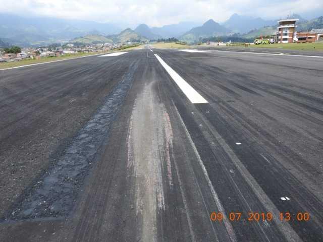 Danos na pista de La Nubia causados pelo ATR da Avianca