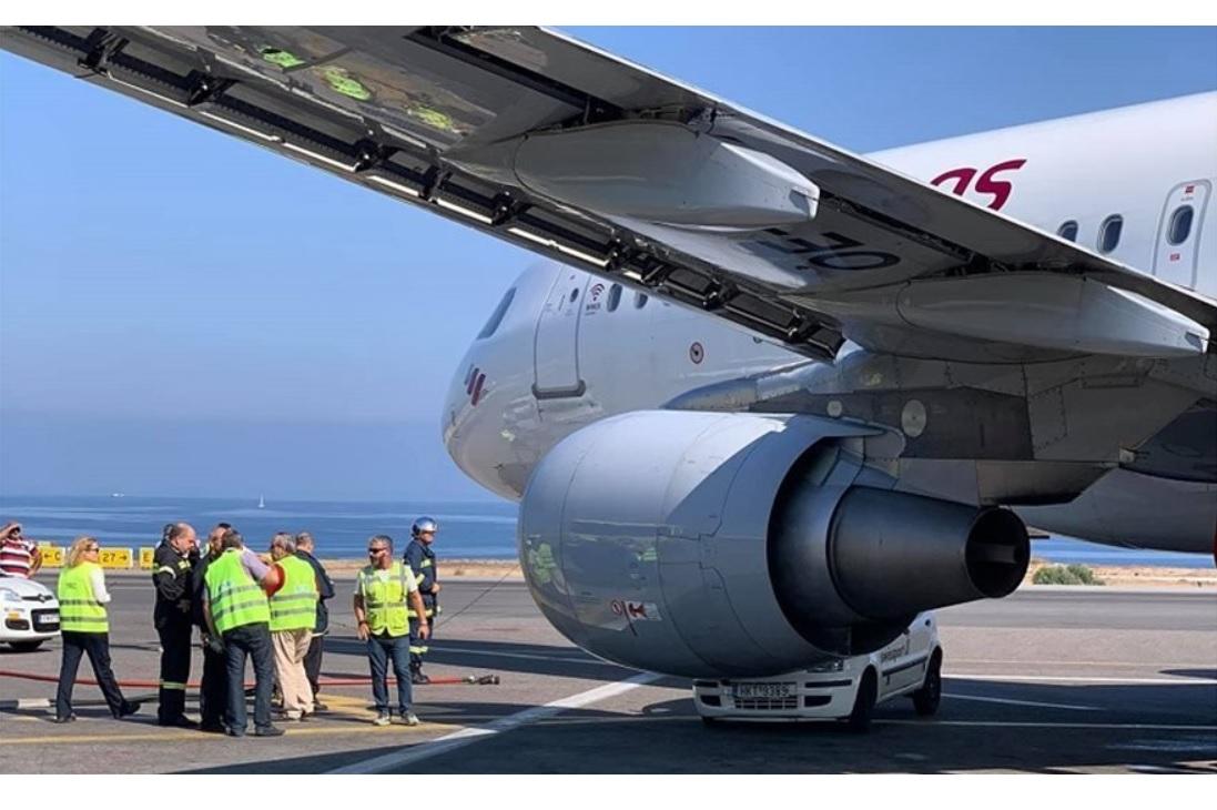 Carro esmagado motor avião aeroporto Creta