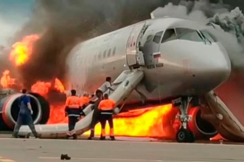Sukhoi Superjet crash acidente em chamas Moscou