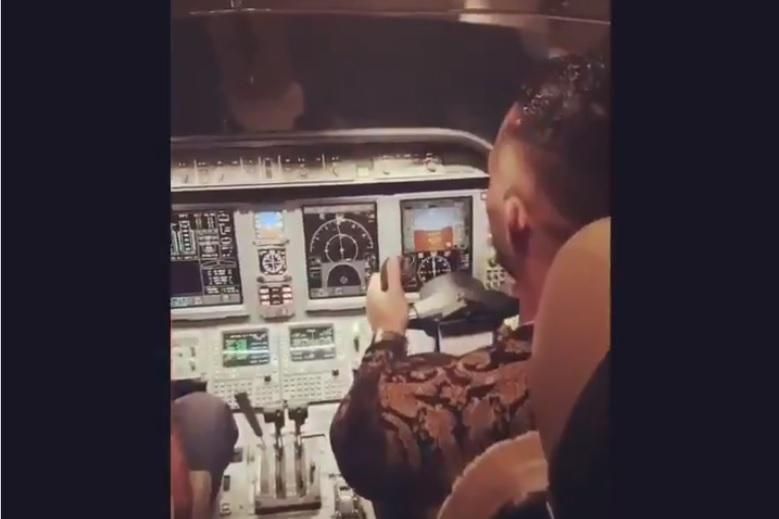 Vídeo cantor Mohamed Ramadan pilotando jato