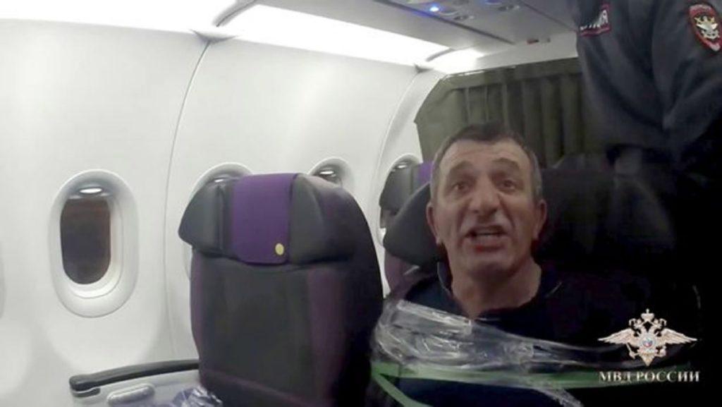Passageiro russo colado fita adesiva assento avião S7