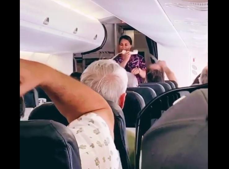Comissária Canta a Bordo Air New Zealand Vídeo