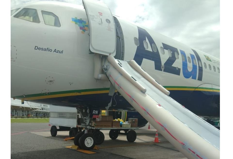 Escorregadeira Emergência acionada A320neo Azul Pará
