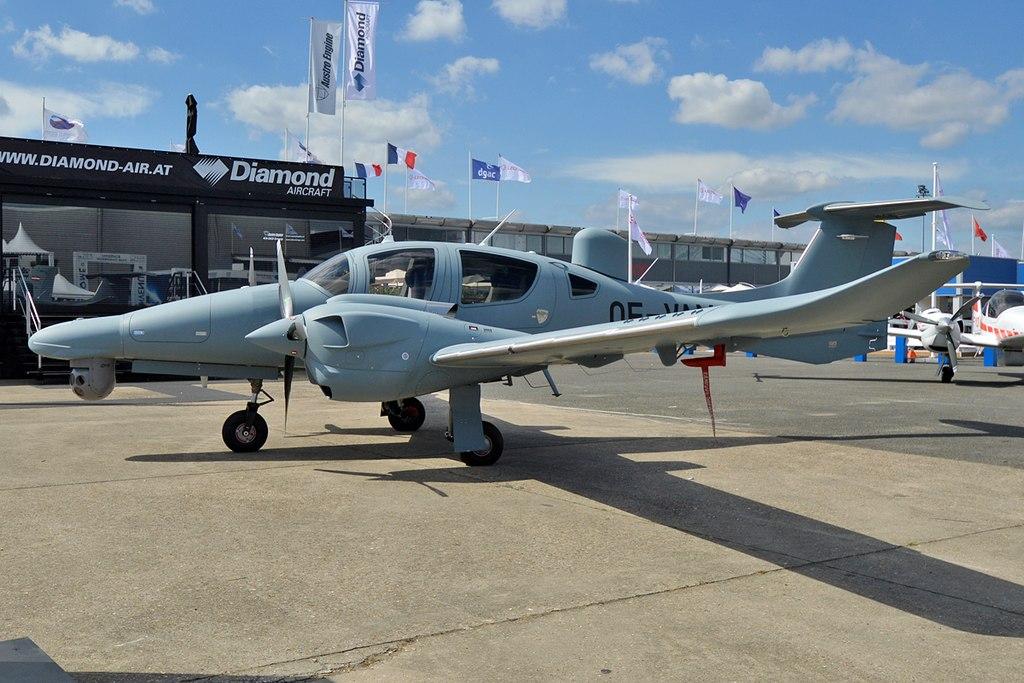 Avião Diamond DA62