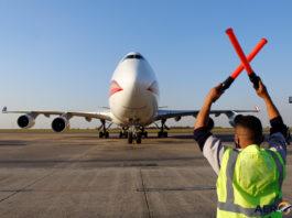 Avião Boeing 747-400F Kalitta Air Frente Balizador