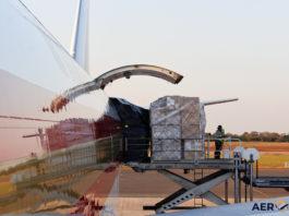 Avião Boeing 747-400F Kalitta Air Fuselagem Descarregando Carga