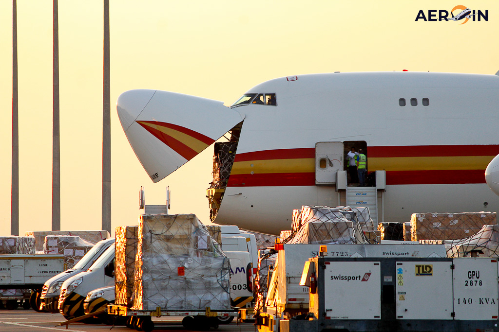Avião Boeing 747-400F Kalitta Air Nariz Aberto