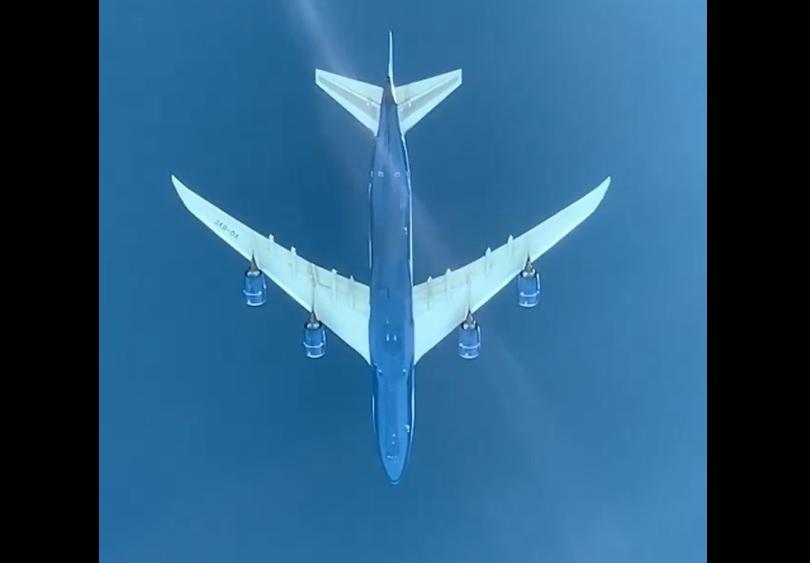 Vídeo Boeing 747-8F voando sobre 777-300ER LATAM