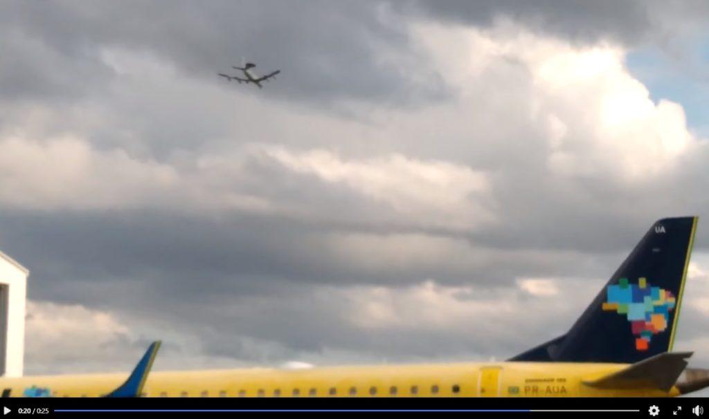Boeing E-3 sobrevoa aviões Azul Linhas Aéreas