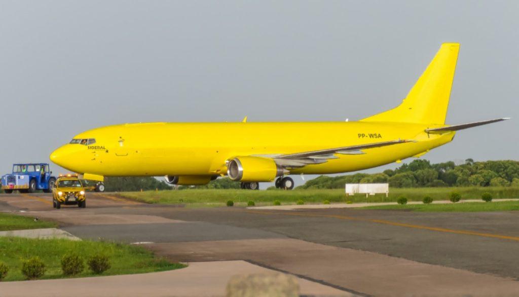 Avião Boeing 737-400F Sideral Linhas Aéreas Amarelo