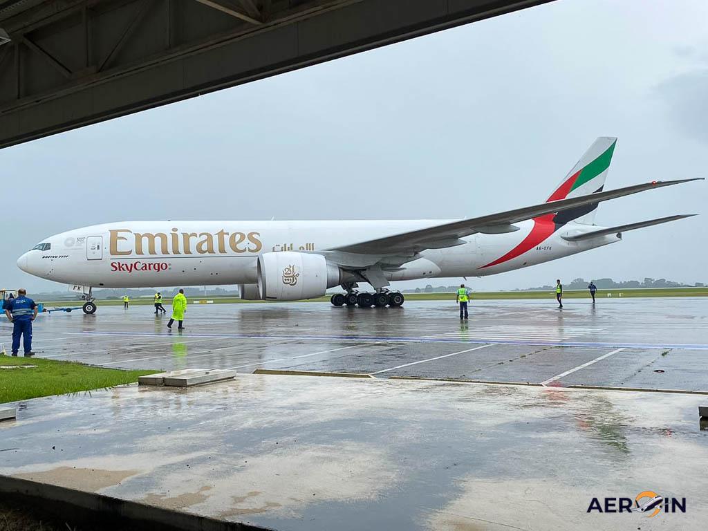 Avião Boeing 777F Emirates São José dos Campos
