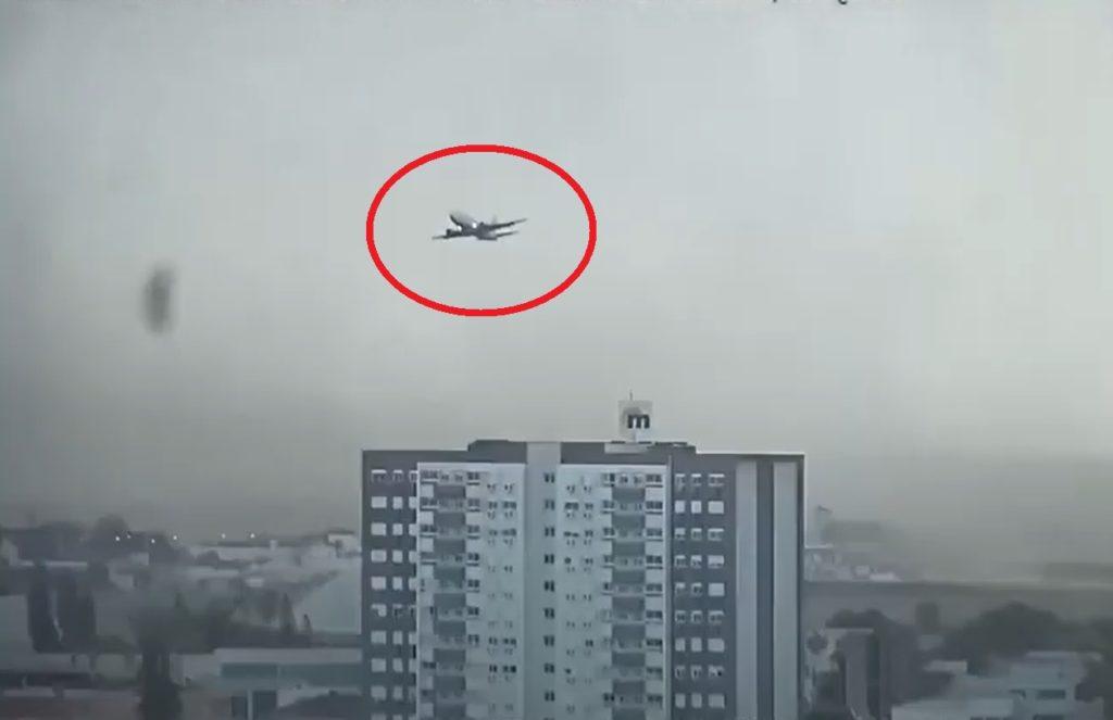 Avião time Grêmio arremete Porto Alegre Vídeo