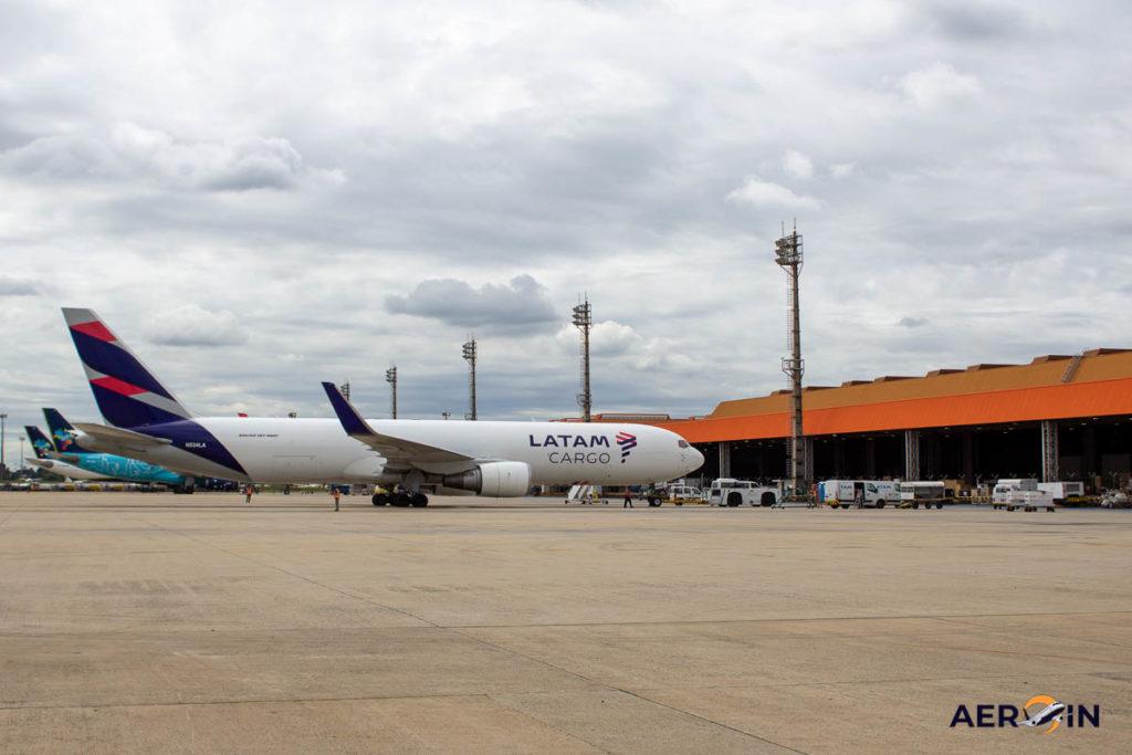 Avião Boeing 767-300F LATAM Cargo Pátio Carga